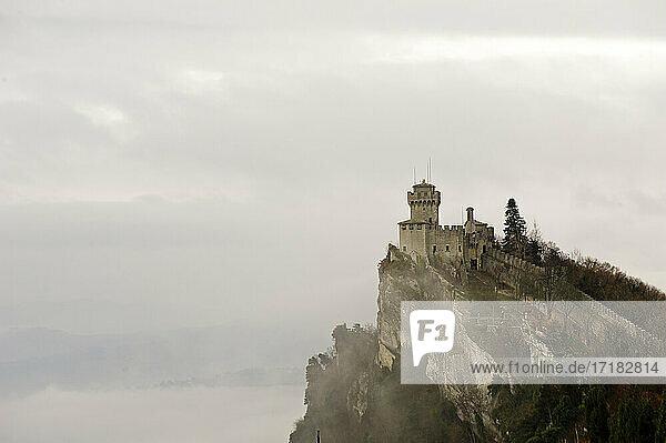 Europa  Italien  Marken  Die Festung Guaita (Prima Torre) ist der älteste und bekannteste Turm auf dem Monte Titano  San Marino. Er wurde im 11. Jahrhundert erbaut.