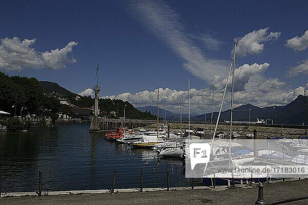 Europa  Italien  Piemont  Provinz Verbania  Lago Maggiore  Lago di Verbano  Hafen von Intra