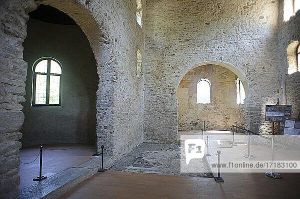 Europa  Italien  Lombardei  Provinz Varese. Das archäologische Gebiet von Castelseprio mit den Ruinen eines im 13. Jahrhundert zerstörten Dorfes. Unesco - Weltkulturerbe. Kirche von Santa Maria Foris Portas