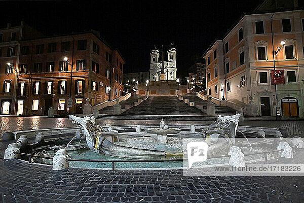 Italien  Latium  Rom  Piazza di Spagna  Trinità dei Monti und Barcaccia-Brunnen