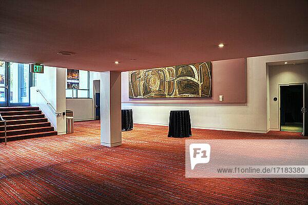 Ein großer offener Raum in einer Gaststätte oder einem Geschäftslokal  einem Konferenzzentrum  einem Hotel oder einem öffentlichen Raum.