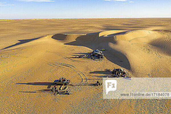 Campers in the sand dunes of the Tenere Desert  Sahara  Niger  Africa