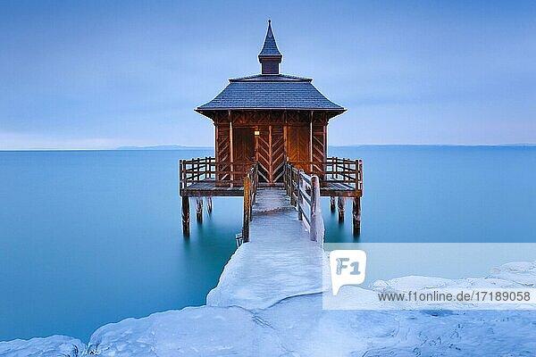 Vereistes Badehaus bei Morgendämmerung  Neuenburgersee  Gorgier  Neuenburg  Schweiz  Europa