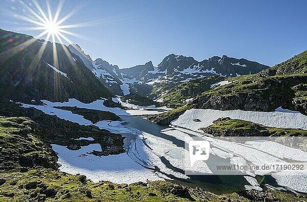 See Isvatnet mit Eis  Berge und Schnee  an der Trollfjord Hytta  am Trollfjord  Lofoten  Nordland  Norwegen  Europa