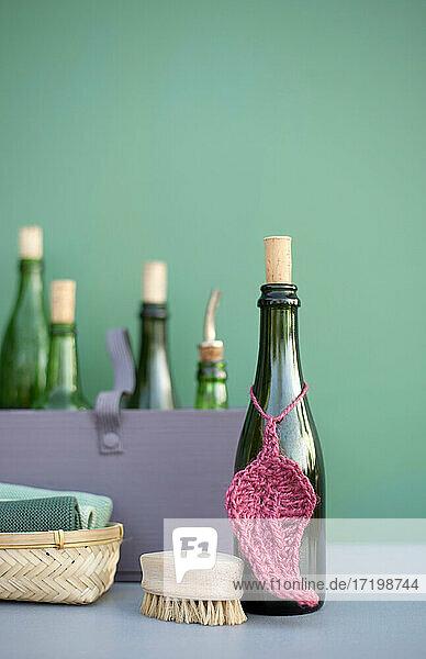 DIY-Reinigungsmittel in grünen Retro-Flaschen  Häkeltuch aus Jutegarn  Baumwolltücher und Holzbürste DIY-Reinigungsmittel in grünen Retro-Flaschen, Häkeltuch aus Jutegarn, Baumwolltücher und Holzbürste