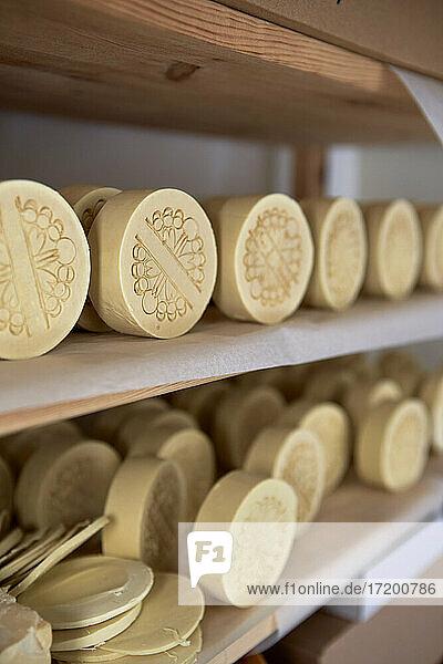 Anordnung der handgemachten Seifen in einem Regal in der Werkstatt Anordnung der handgemachten Seifen in einem Regal in der Werkstatt