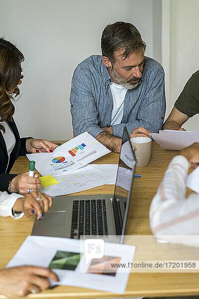 Männliche und weibliche Unternehmer planen ihre Strategie bei einem Treffen im Büro
