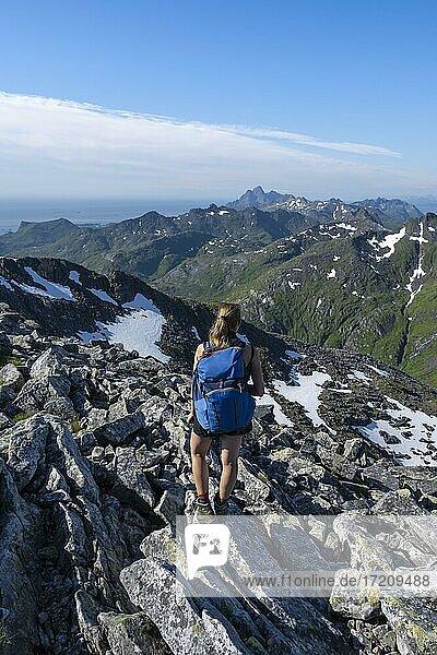 Wanderin  Ausblick auf Berge und Landschaft vom Gipfel des Rundfjellet  Lofoten  Nordland  Norwegen  Europa