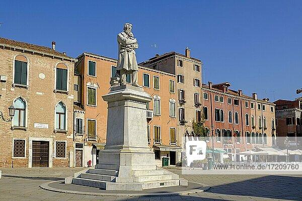 Denkmal für Niccolò Tommaseo  1802-1884  italienischer Schriftsteller und Lexigraph  Statue von Francesco Barzaghi  Campo Santo Stefano  Venedig  Venetien  Italien  Europa