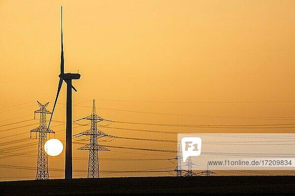 Windrad und Strommast bei Sonnenuntergang  Niederaußem  Nordrhein-Westfalen  Deutschland  Europa