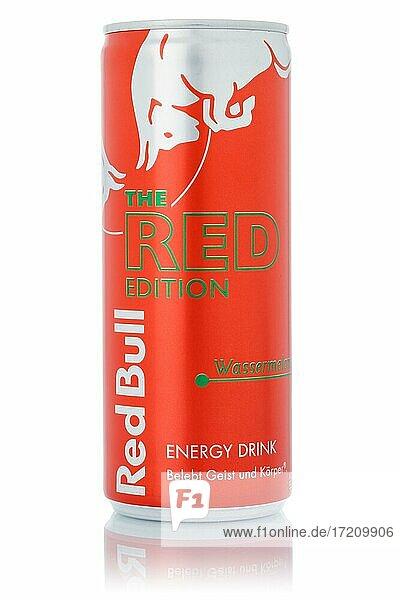 Red Bull Energy Drink The Red Edition Wassermelone Limonade Softdrink Getränk in Dose Freisteller freigestellt isoliert vor einem weißen Hintergrund in Deutschland