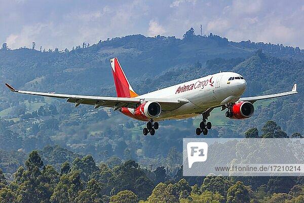 Ein Airbus A330-200F Flugzeug der Avianca Cargo mit dem Kennzeichen N335QT landet auf dem Flughafen Medellin Rionegro  Kolumbien  Südamerika