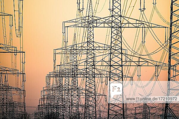 Strommasten einer Stromtrasse bei Sonnenuntergang  Sinnersdorf  Nordrhein-Westfalen  Deutschland  Deutschland  Deutschland  Europa