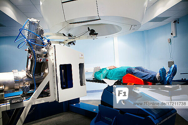 Onkologische Hadrontherapie zur Behandlung von Krebs mit Hadronen  Protonen oder Kohlenstoff-Ionen.