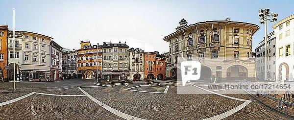 Italien; Suedtirol; Provinz Bozen; Bozen Zentrum  Laubengasse  Gemeindeamt  Rathaus  Italy; Italia; Alto Adige; South Tyrol  Bolzano Center  Laubengasse  Municipal Office City Hall