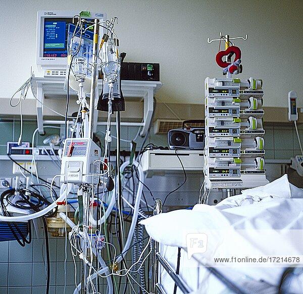 Chirurgie  Gesundheit  Krankenhaus  Erste Hilfe  Aerzte  Krankenschwester  Patient  Intensivstation|Surgery  health  hospital  emergency room  doctors  nurse  patient  ICU