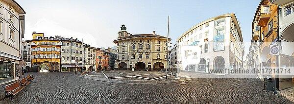 Italien; Suedtirol; Provinz Bozen; Bozen Zentrum  Laubengasse  Gemeindeamt  Rathaus| Italy; Italia; Alto Adige; South Tyrol  Bolzano Center  Laubengasse  Municipal Office City Hall