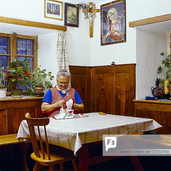 Menschen; baeuerliches Leben  Baeuerin  Bauer  Baeuerin beim Sticken in Kueche|People; rural life  peasant  farmer  farmer embroidering in kitchen