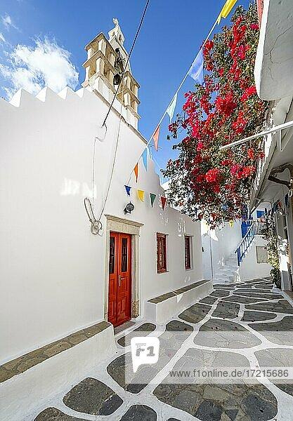 Kleine Gasse mit weißer griechisch orthodoxer Kirche und roter Bougainvillea  Chora  Mykonos Stadt  Mykonos  Kykladen  Ägäis  Griechenland  Europa