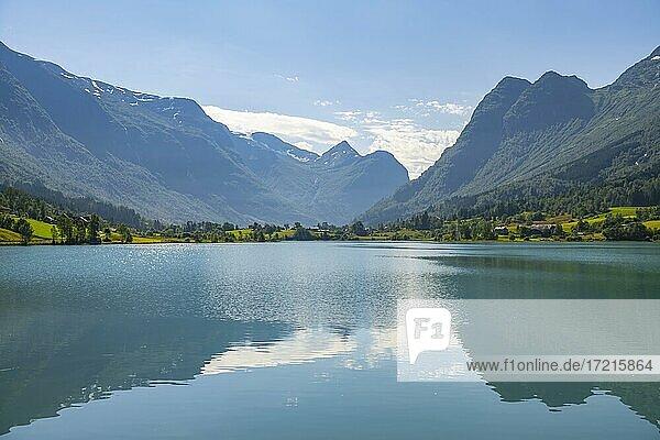 See Oldevatnet mit Bergen  Olden  Stryn  Vestland  Norwegen  Europa