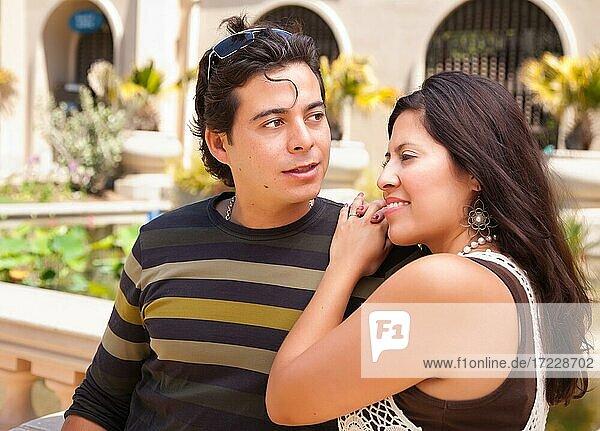 Attraktives hispanisches Paar  das sich im Park amüsiert