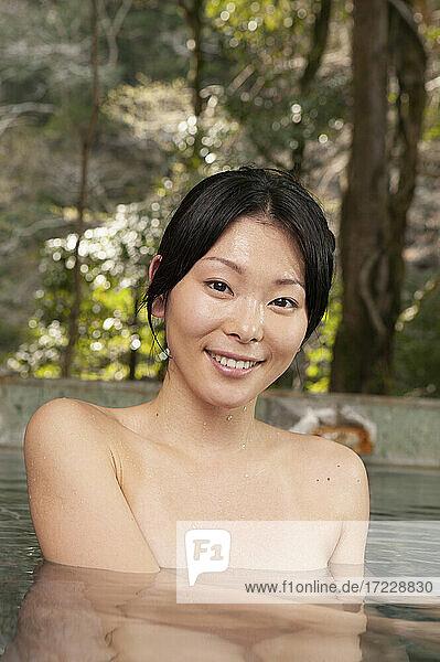 Porträt schöne junge Frau Einweichen im Pool bei Onsen