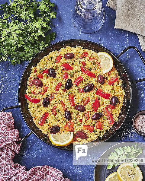 Spanische Gemüsepaella mit Paprika und Oliven