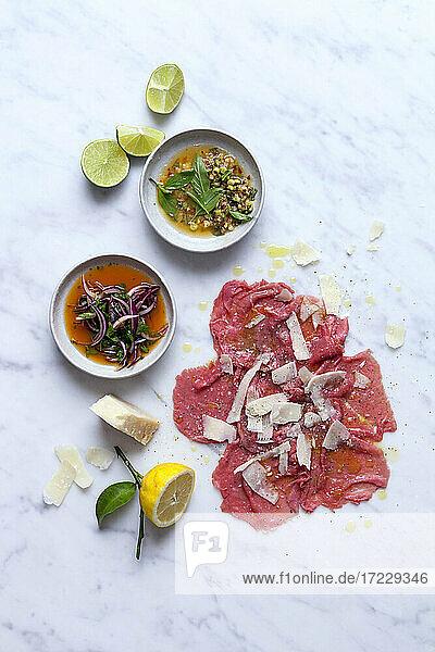 Rindfleisch-Carpaccio mit verschiedenen Dressings