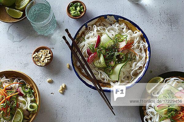 Veganer Reisnudelsalat mit frischem Gemüse  Limette und Erdnusssauce