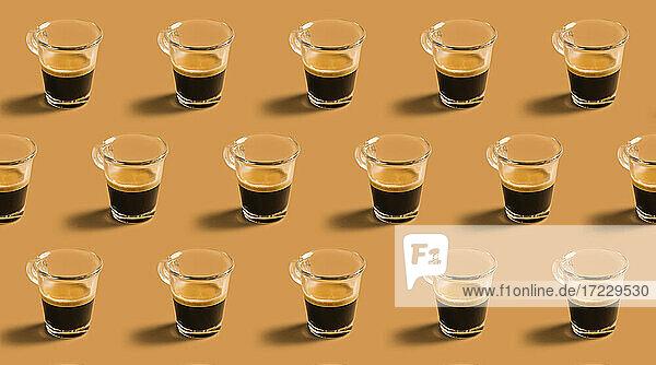 Viele Tassen heißer Espresso in Reihen