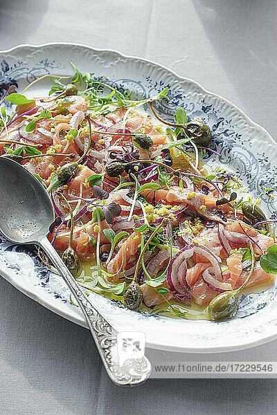 Lachs-Sashimi-Salat mit Kapern und Zwiebeln