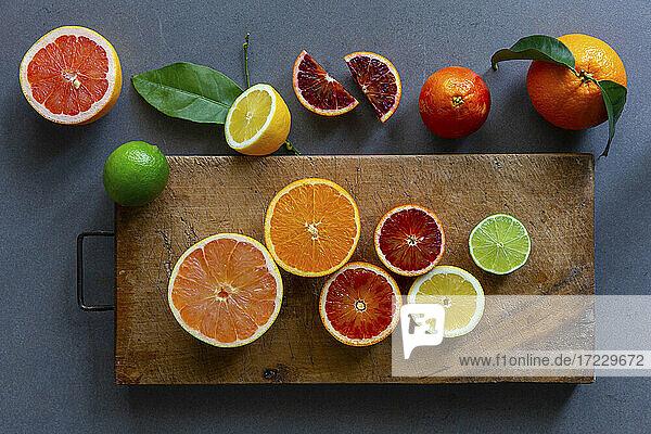 Verschiedene Zitrusfrüchte  teils in Scheiben und Stücken