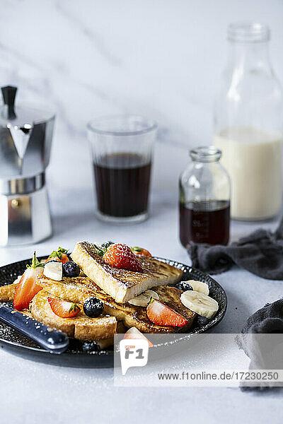 French Toast mit frischen Früchten