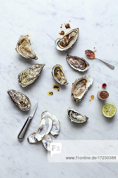 Austern mit Tabasco und Limette