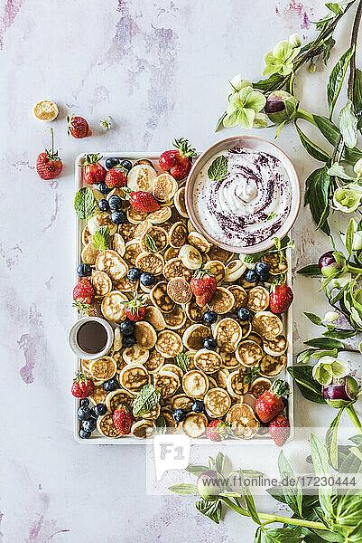 Mini-Pancakes mit Beeren und Dips