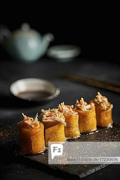Sushi-Röllchen mit Sojasauce