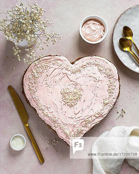 Rosafarbene Herztorte zum Valentinstag