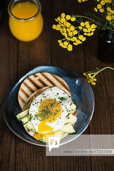 Bagel mit Avocado und Ei