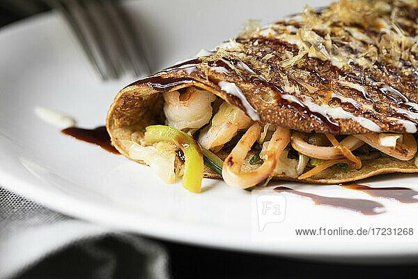 Crepe gefüllt mit Tonkatsu und Meeresfrüchten