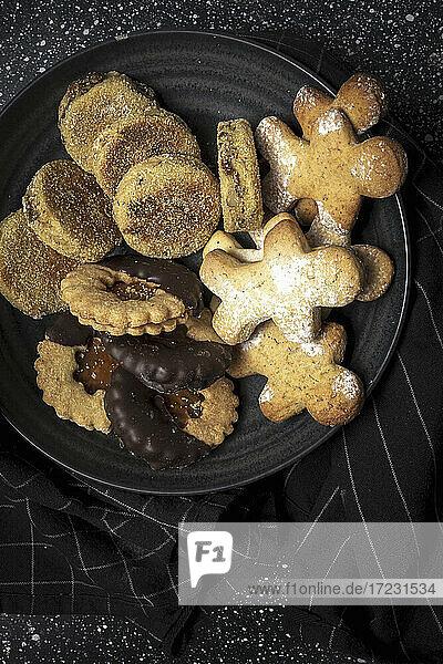 Hausgemachte Kekse auf Teller