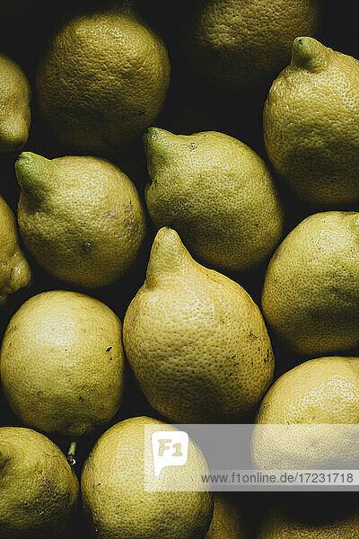 Hohe Winkel Nahaufnahme von Zitronen in einer Box verpackt