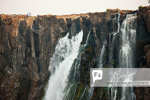 Victoria Falls  riesige Wasserfälle des Sambesi-Flusses  die über steile Klippen fließen.