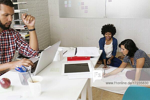 Menschen  die in kleinen Unternehmen arbeiten  Start-up