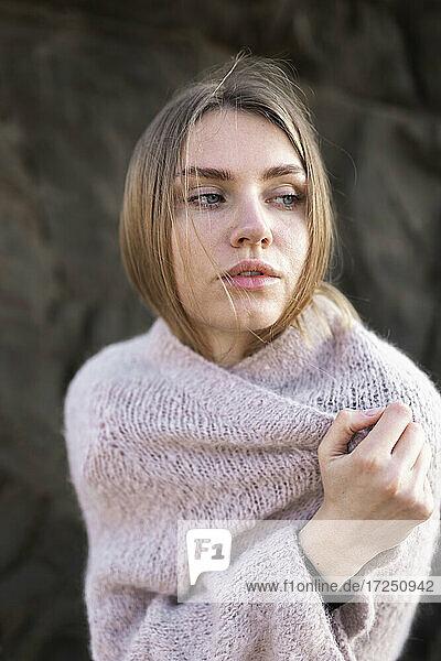 Frau deckt Decke zu und schaut weg