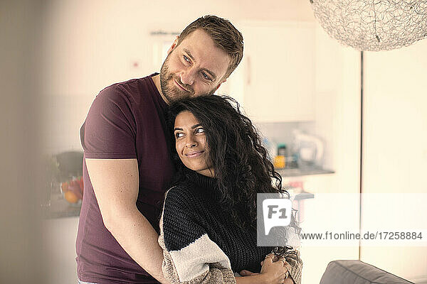 Glückliches zärtliches Paar  das sich zu Hause umarmt