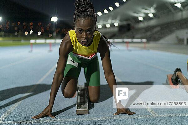Porträt bestimmte weibliche Leichtathletik-Läuferin am Startblock