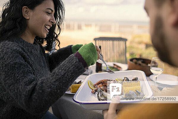 Paar genießt Meeresfrüchte Mittagessen auf der Terrasse
