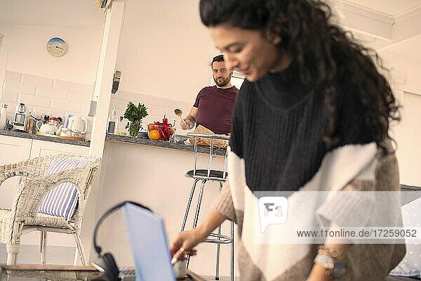 Ehepaar arbeitet und kocht zu Hause