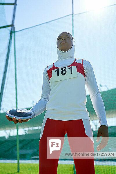 Leichtathletin im Hidschab beim Diskuswurf