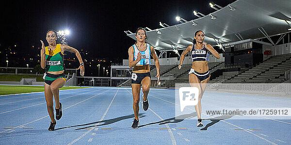 Leichtathletinnen im Wettkampf auf der Nachtstrecke